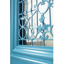 Porte d'entrée bois avec grille décorative à motifs