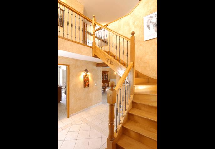 Escalier classique en bois exotique 1 4 tournant milieu - Meuble escalier bois exotique ...