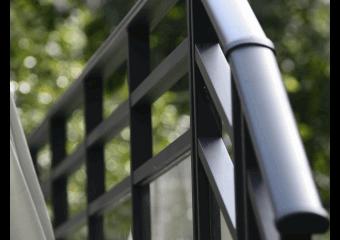 Garde-corps aluminium vitré et barreau horizontal