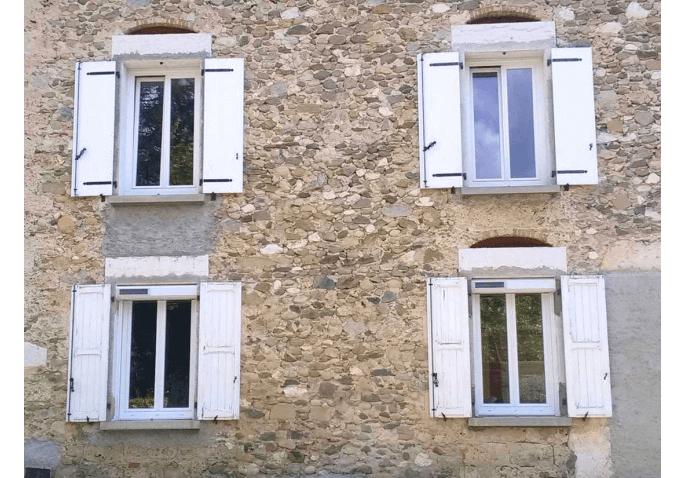 Fenêtres battantes 2 vantaux et volets roulants solaires en PVC à Saint Marcellin