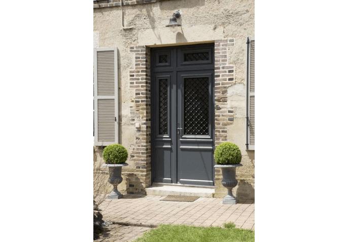 Porte d'entrée alu gris anthracite extérieur au style classique avec vitrage et grille décorative à Macey (10)