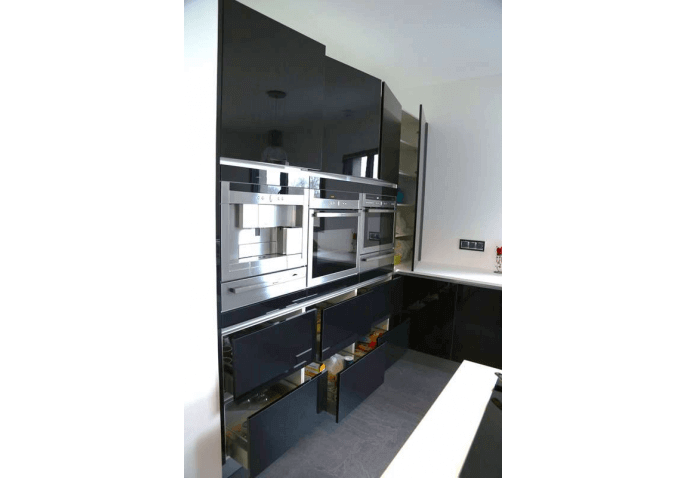 Cuisine équipée électro intégré et façades laqué noir à St Thibaud de Couz Chambéry