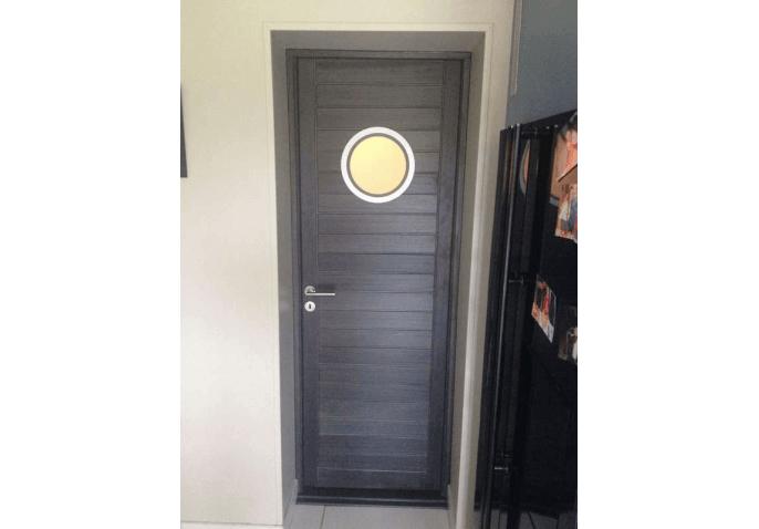 Pose d'une porte d'entrée avec vitrage hublot à Cherbourg