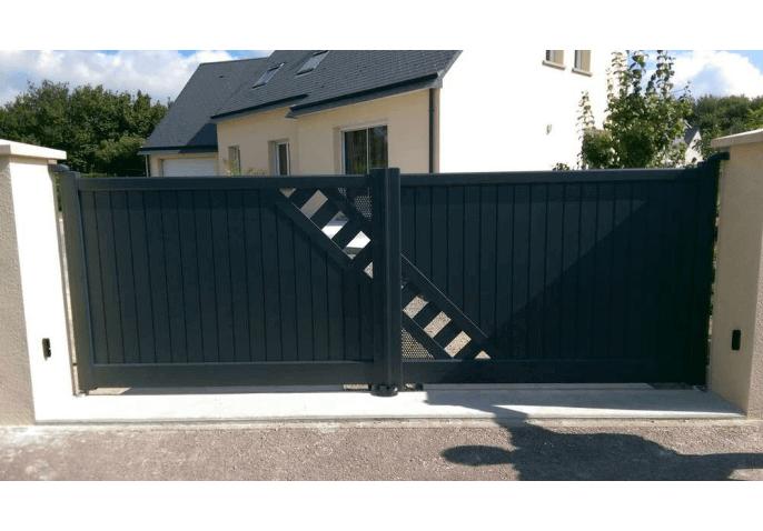 Chantier pose d'un portail motorisé au style classique à Cherbourg