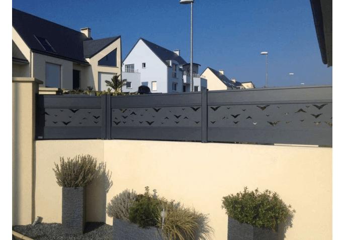 Chantier pose d'une clôture sur mur au style contemporain à Cherbourg