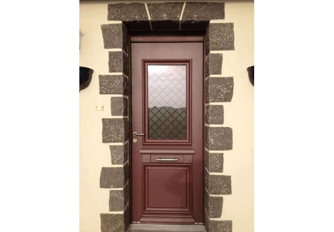 Pose porte d'entrée aluminium mi-vitrée au style classique à Cherbourg