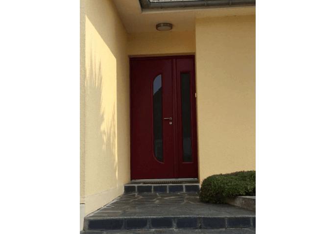 Pose porte d'entrée contemporaine en alu rouge à Cherbourg
