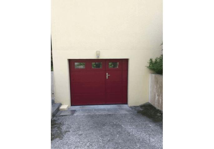 Pose d'une porte de garage sectionnelle plafond en alu rouge à Cherbourg