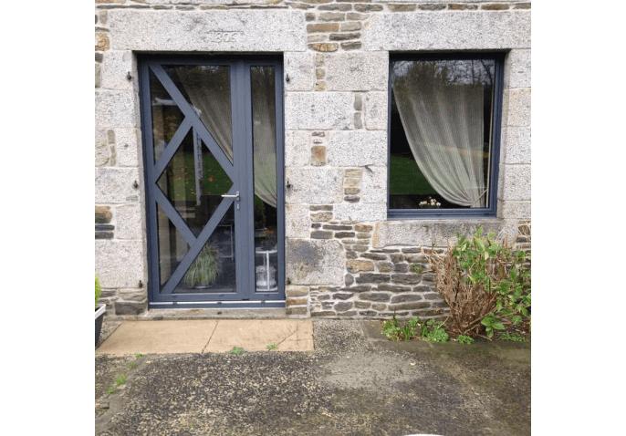 Réalisation pose d'une porte d'entrée vitrée et fenêtre aluminium à Avranches (50)
