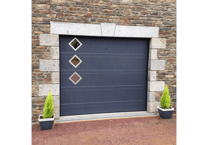 Pose d'une porte de garage sectionnelle plafond avec hublots et inserts inox à Avranches (50)