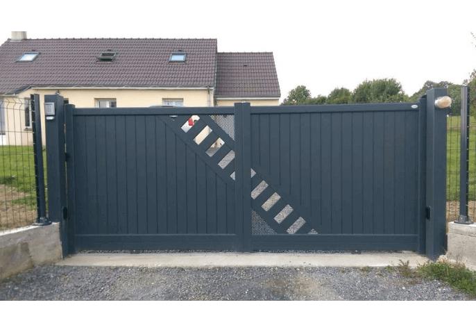 Pose portail semi ajouré en alu contemporaine à Rennes (35)
