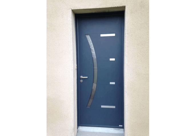 Pose d'une porte d'entrée moderne en alu bleu avec inserts inox à Rennes (35)