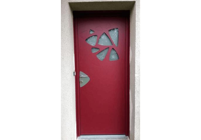 Pose d'une porte d'entrée moderne en alu rouge avec vitrages décoratifs à Rennes (35)