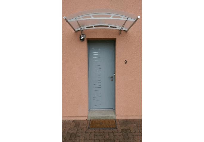 Pose porte d'entrée alu gris clair avec marquise transparente à Rennes (35)