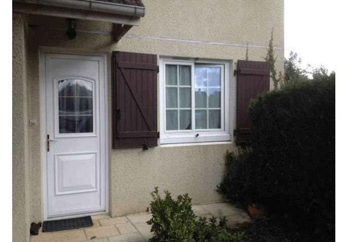 Pose d'une porte d'entrée PVC et d'une fenêtre PVC blanche à Rennes (35)