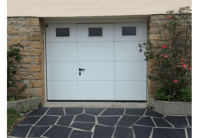 Pose d'une porte de garage sectionnelle blanche avec portillon intégré à Caen (14)