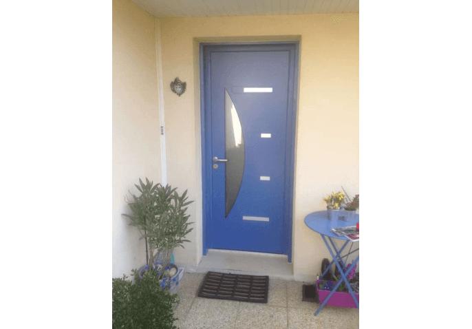 Pose d'une porte d'entrée en aluminium bleu avec vitrage demi lune à Caen (14)