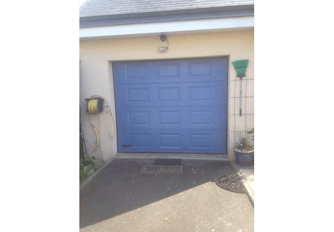 Réalisation pose d'une porte de garage sectionnelle à cassette coloris bleu à Caen (14)