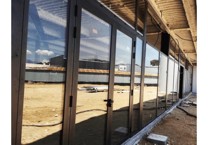 Rénovation fenêtres aluminium, vitrine magasin moto