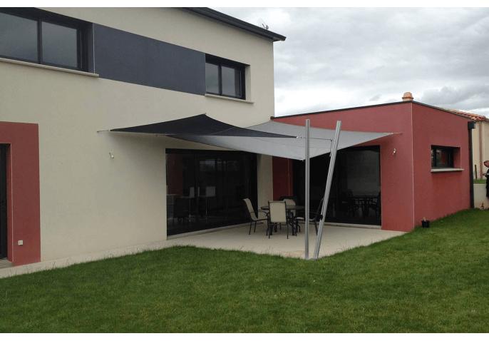 Porte d'entrée contemporaine, porte de garage sectionnelle, baies coulissantes et fenêtres aluminium