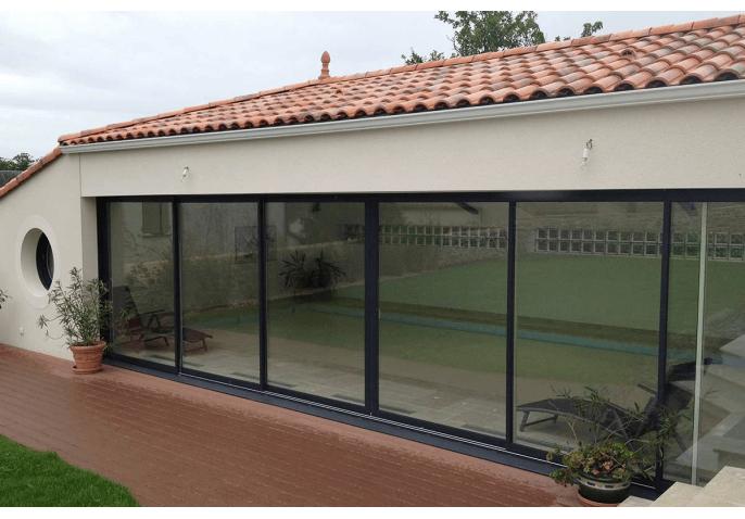Baie vitrée aluminium coulissante, portail droit et plein en aluminium
