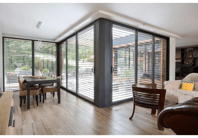 Porte fenêtre, baie vitrée coulissante, store lamelle