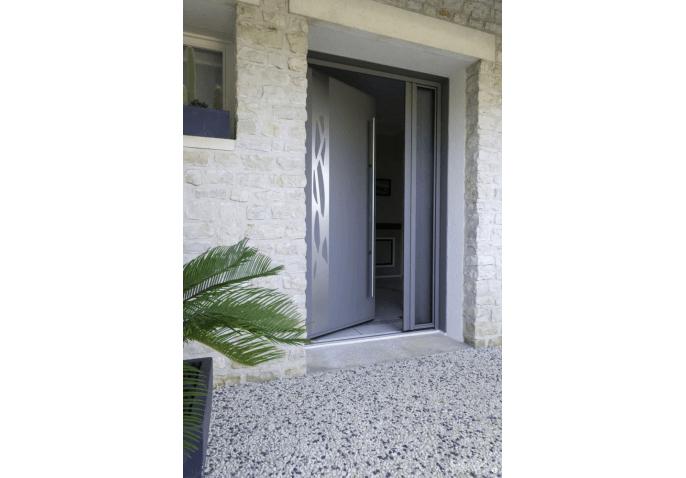 Porte d'entrée contemporaine en aluminium avec latéral fixe vitré et barre de tirage