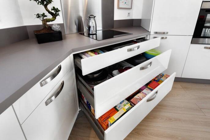 Cuisine sur mesure larges tiroirs grands rangements