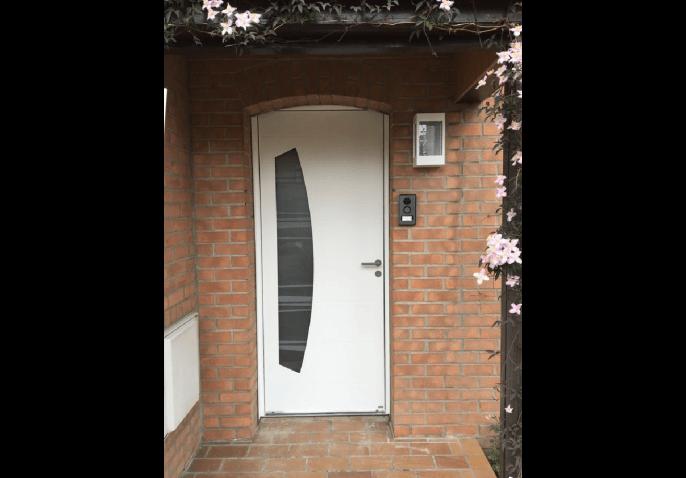 Porte d'entrée PVC blanche vitrée en demi-lune et au style moderne dans le Nord