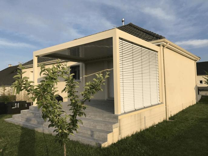 Pergola toit à lames orientables et panneau latéral store Châlons en Champagne