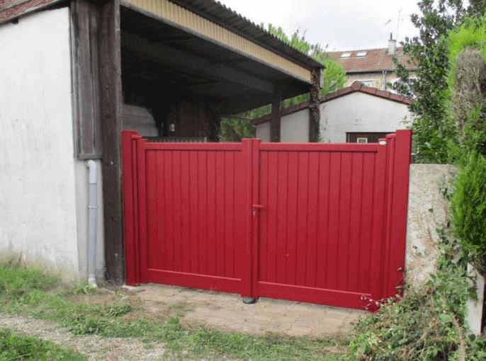 Portail battant droit en aluminium rouge à Châlons en Champagne