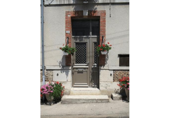 Porte d'entrée aluminium au style classique à Châlons