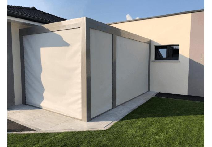 Pergola autoportante bioclimatique avec panneaux latéraux verticaux en toile