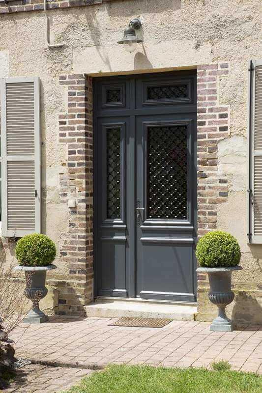 chantier pose d 39 une porte d 39 entr e traditionnelle en alu. Black Bedroom Furniture Sets. Home Design Ideas